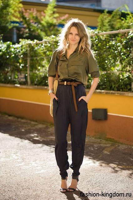 Летние брюки черного цвета, свободного силуэта, с высокой талией и коричневым ремнем для фигуры перевернутый треугольник.