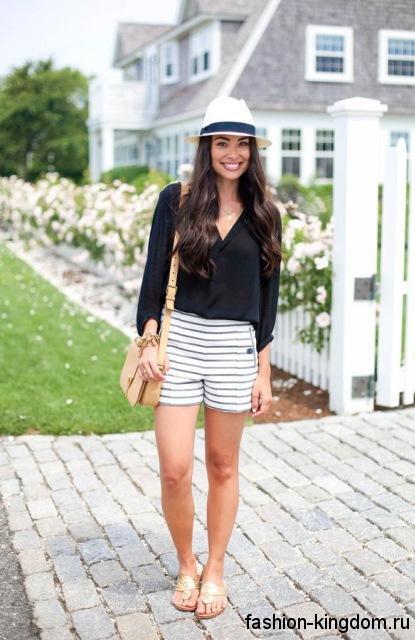 Летние шорты черно-белой расцветки в полоску, прямого кроя в сочетании с черной блузкой для фигуры треугольник.