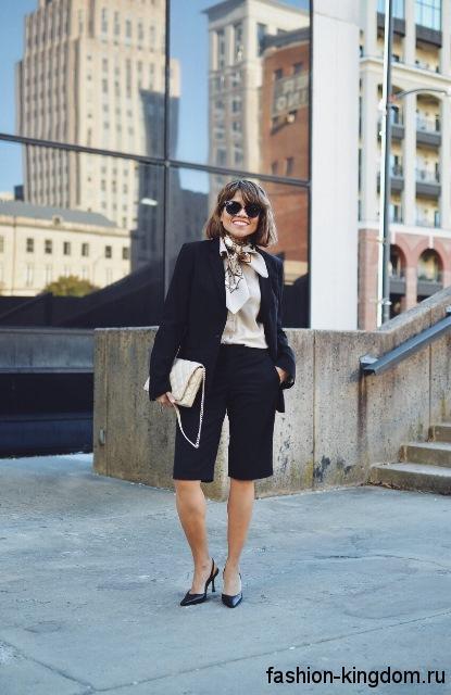 Длинные шорты черного цвета, прямого фасона в сочетании с бежевой блузкой и классическим черным пиджаком для фигуры треугольник.